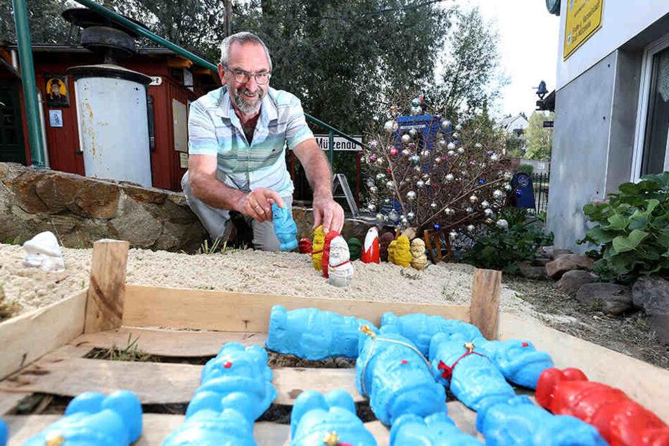 In Lunzenau gießt Matthias Lehmann (60) schon seit fast einem Jahr Miniatur-Weihnachtsmänner aus Beton und bemalt sie bunt.