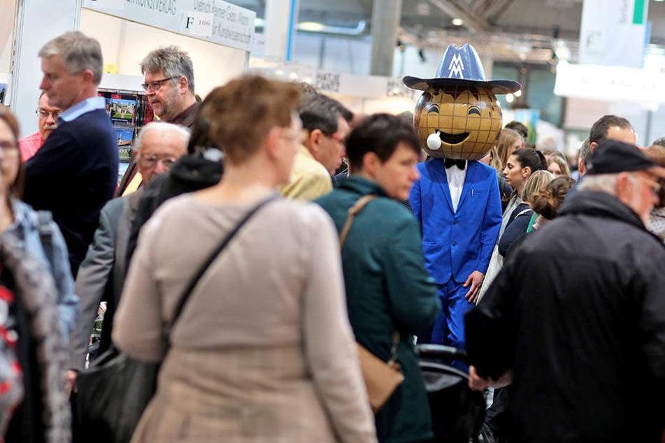 Das Leipziger Messe-Männchen hat allen Grund zur Freude. Zur Halbzeit freut sich die Buchmesse in Leipzig über ein dickes Besucherplus.
