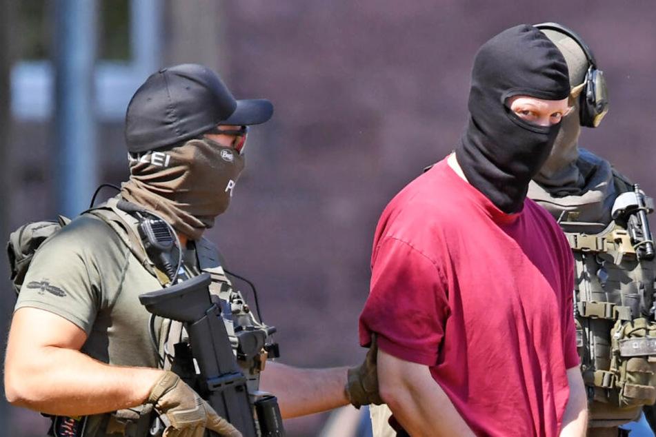 Das Foto entstand am 2. Juli 2019: Es zeigt den Tatverdächtigen im Miordfall Lübcke, Stephan E. (Rotes T-Shirt), wie er nach einem Haftprüfungstermin beim Bundesgerichtshof (BGH) zu einem Hubschrauber gebracht wird.