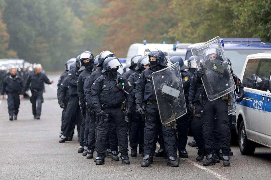 Die Polizei bereitet sich auf einen Großeinsatz im Hambacher Forst am Donnerstag (13.09.) vor.