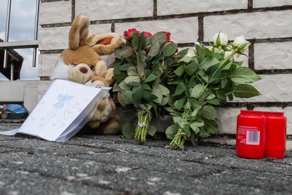 Zeichen der Anteilnahme: Vor dem Haus wurden damals Blumen und Kerzen abgelegt.