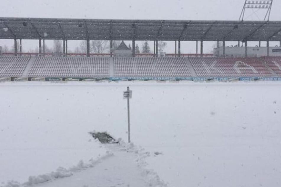 Das Stadion Zwickau ist komplett eingeschneit.