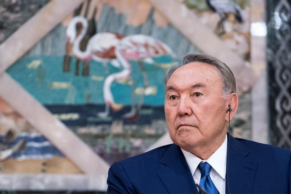 Der auf Lebenszeit ernannte kasachische Präsident Nursultan Nasarbajew hat überraschend sein Amt niedergelegt.