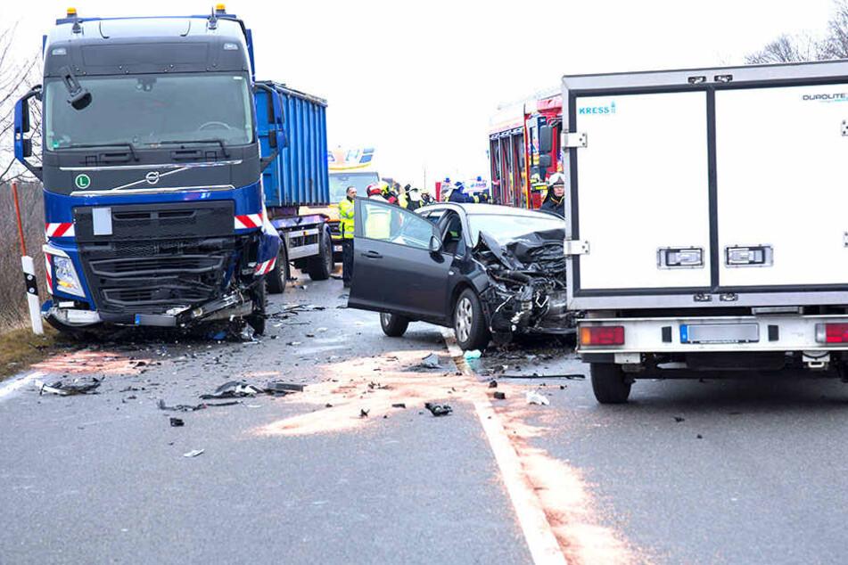 Ein Opel-Fahrer wurde in seinem Fahrzeug eingeklemmt.
