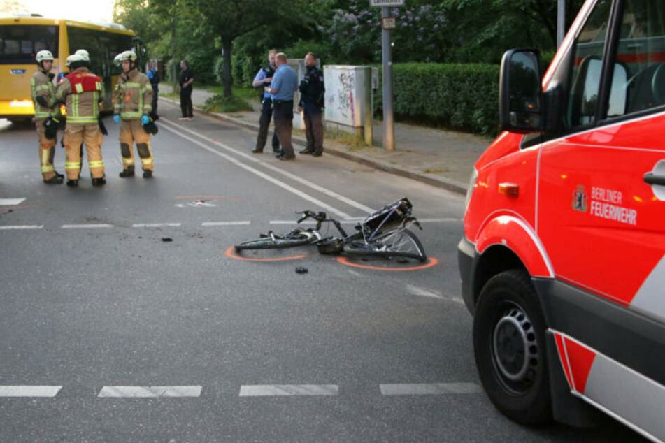 Das E-Bike der schwerverletzten Frau liegt auf dem Lichtenrader Damm.