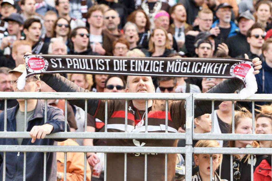 Der FC St. Pauli wird von 2200 Fans nach Dresden begleitet.