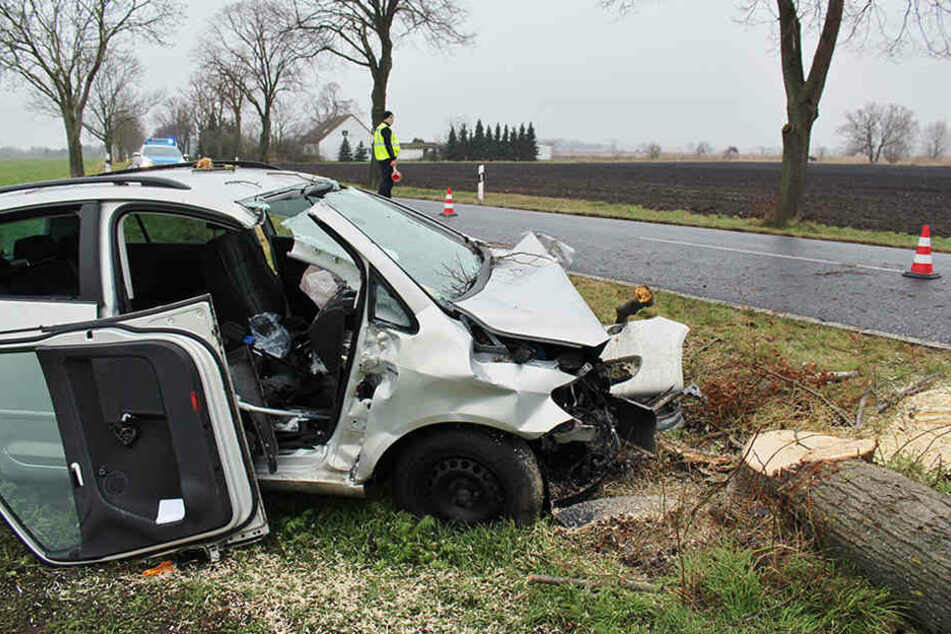 Das Wrack eines Autos steht bei Nauen (Havelland) nach einem Unfall am Rand der Hertefelder Chaussee.