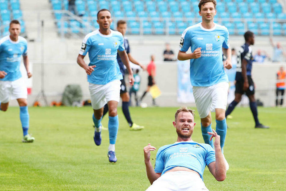Da geht er auf die Knie: Tobias Müller feiert sein Tor zum Ausgleich.