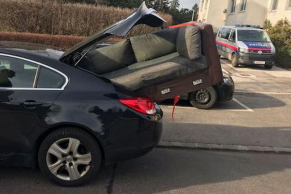 Eine Limousine als Möbeltransporter? Wird schon passen, dachte sich wohl der Fahrer dieses Autos.