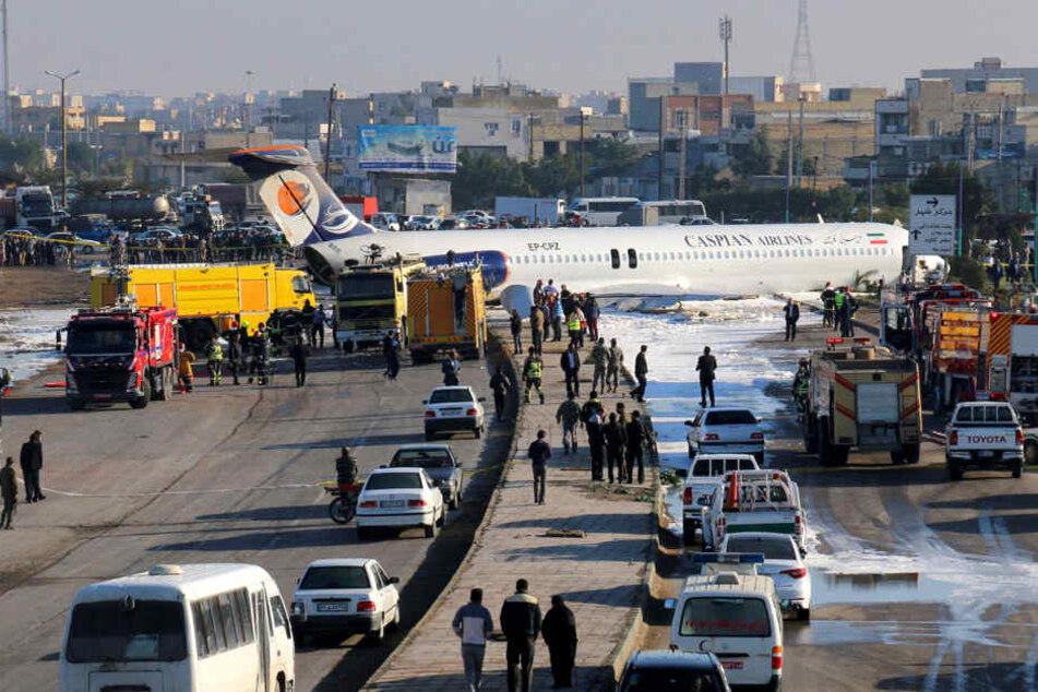 Dramatische Bruchlandung: Flugzeug rutscht auf die Autobahn