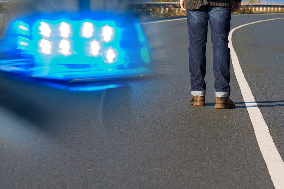 Fotomontage: Mit satten 2,4 Promille war der 28-Jährige zu Fuß auf der A7 unterwegs (Symbolbild).