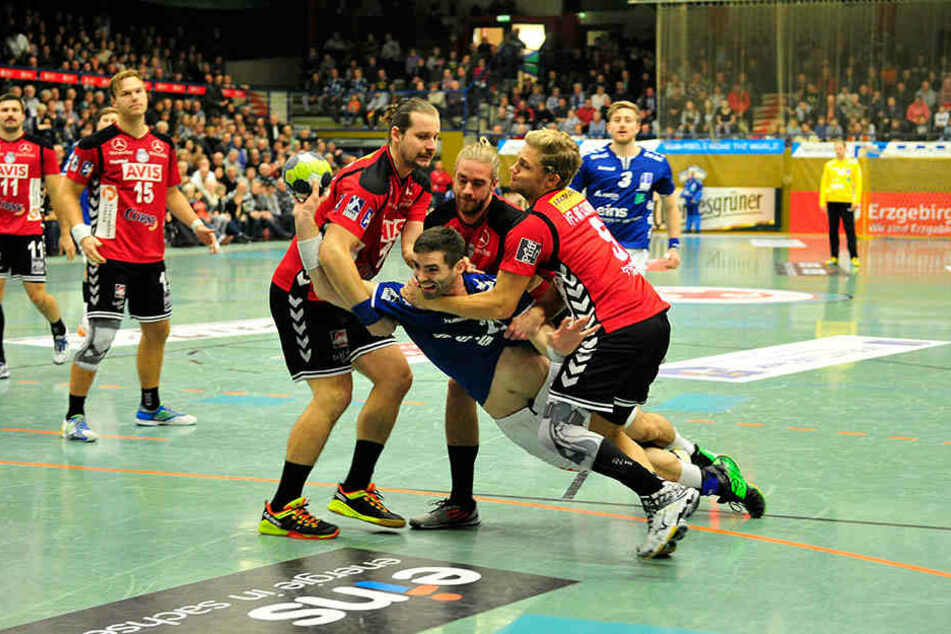 Gleich drei Gegenspieler versuchten AuesMarc Pechstein zu blocken.