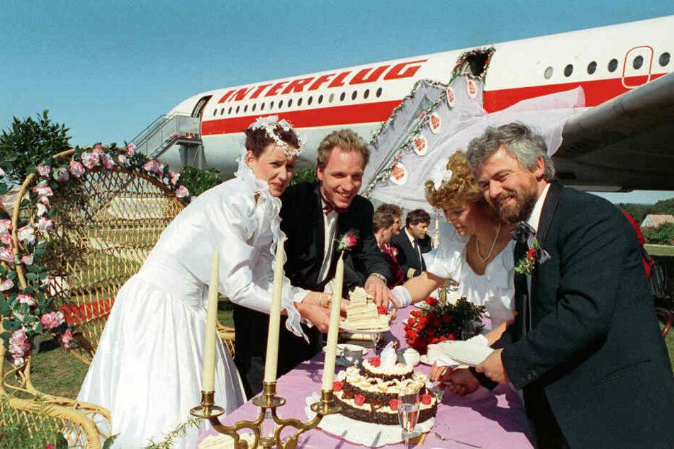 Frank Liehr (2.v.l.) heiratete 1991 im Flugzeugstandesamt von Stölln die Kellnerin Silvia (l.) und mit ihm gaben sich Dagmar und Wolfgang Ganz (r.) das Jawort. Beide hatten sich durch Liehrs Sendung kennengelernt.