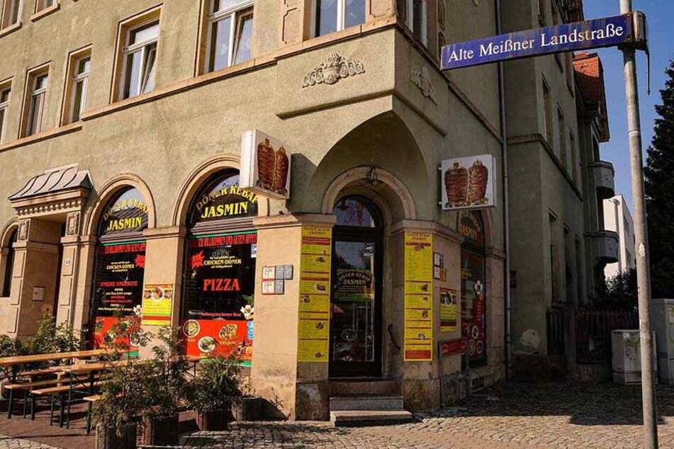 Eine Stunde nach dem Anschlag auf die Dresdner Moschee flogen Steine in die Fenster des Dönerladens Jasmin an der Alten Meißner Landstraße.