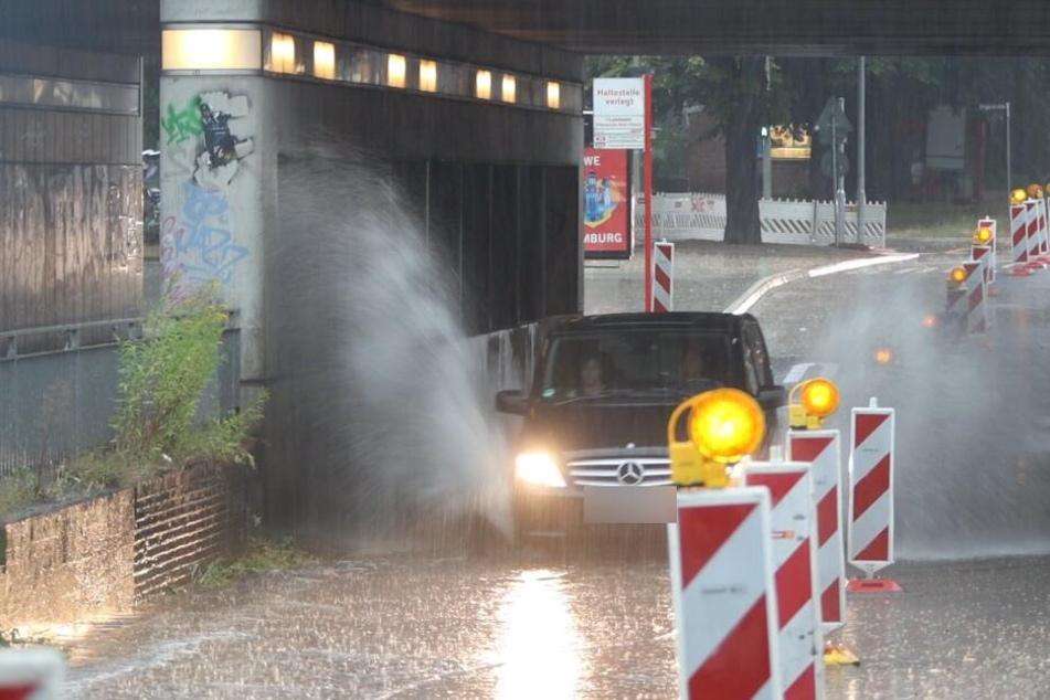 Land unter in Hamburg: Heftige Gewitterfront sorgt für Chaos