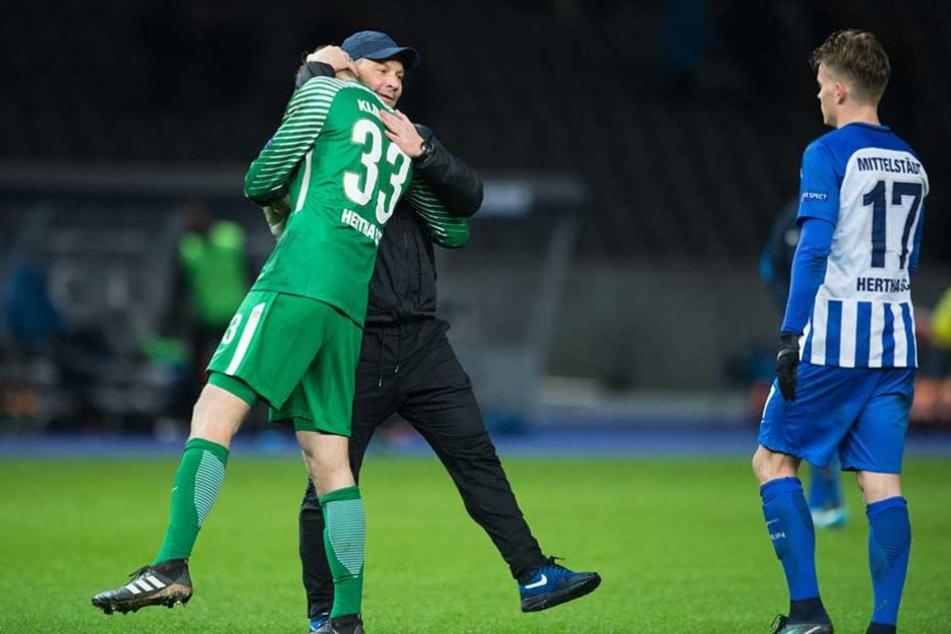 Pal Dardai beglückwünscht Klinsmann nach dem Spiel zu dessen Leistung.