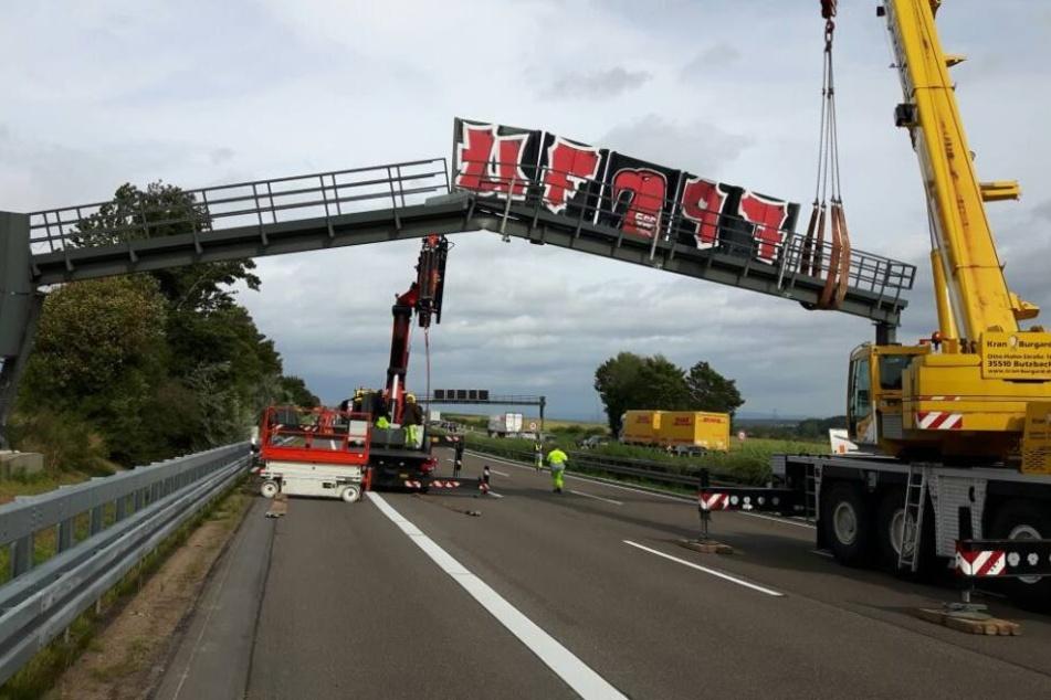 Ganz schön schief: Das passiert, wenn ein Lkw gegen eine Brücke kracht.