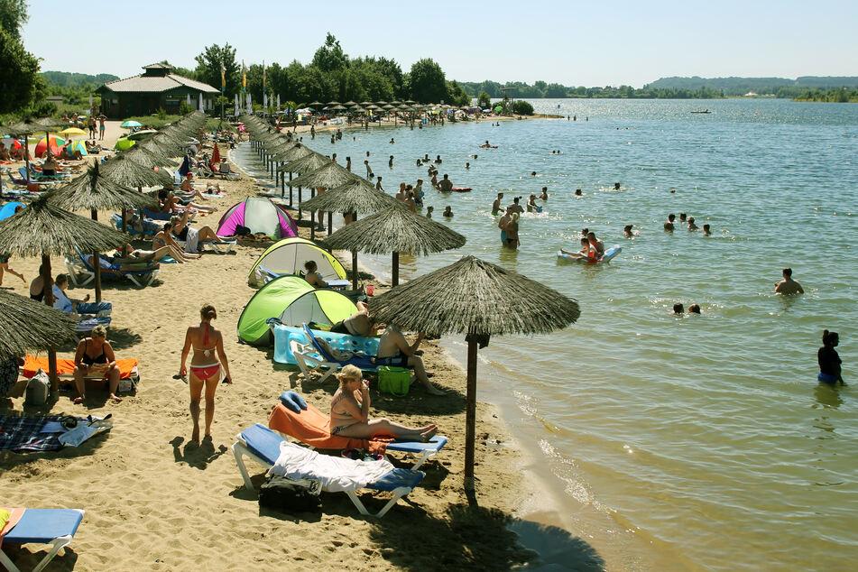 2020 wohl unwahrscheinlich: Badegäste des Naturfreibades Xantener Südsee (NRW) bevölkern das Wasser und den Strand.