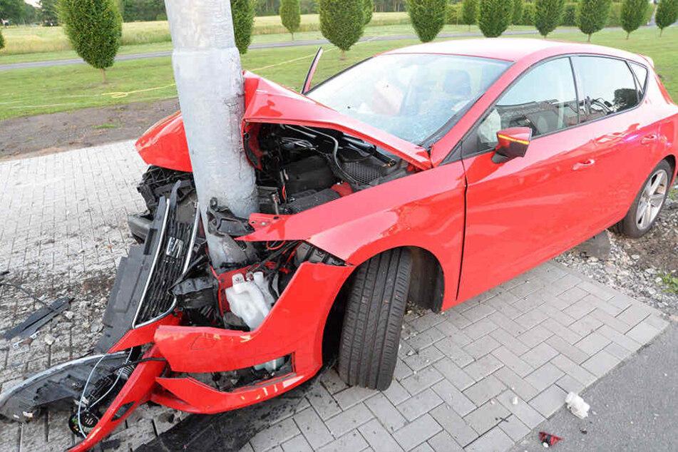 Das Auto krachte in einen Ampelmast.