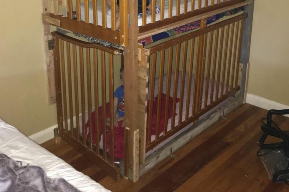 Die Kinder waren in seltsame Käfige gesperrt.