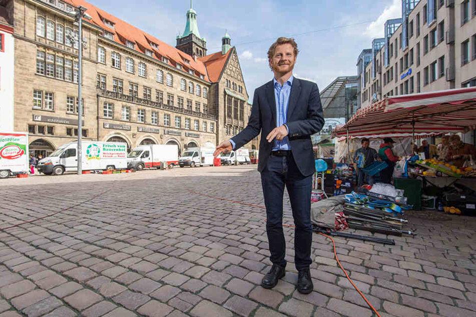 Da soll er hin! Baubürgermeister Michael Stötzer (45, Grüne) weist auf die Stelle, wo der Marktbrunnen stehen wird.
