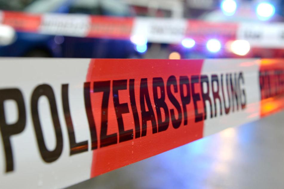 Als Polizei und Rettungsdienst eintrafen, war die Frau tot.