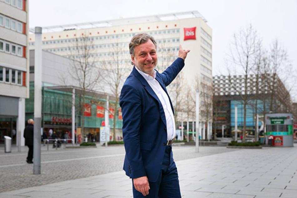 Joost Serrarens (56) zeigt das zukünftige Student Hotel in der Prager Straße. Im Herbst soll es eröffnet werden, die Kette gibt es seit 2006.