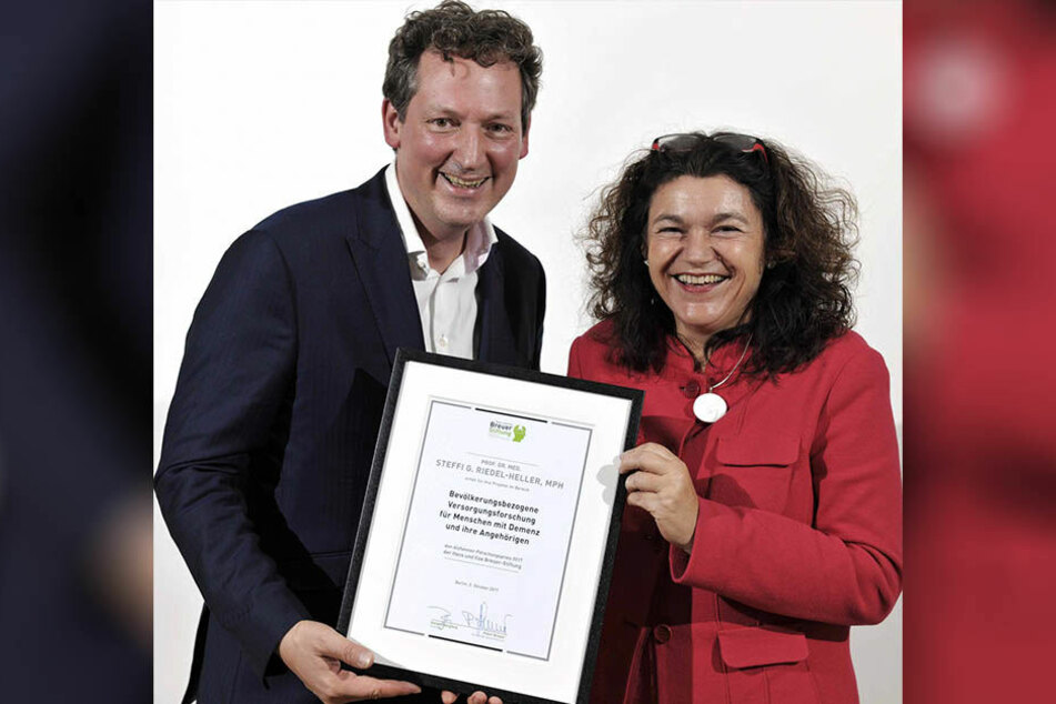 Eckart von Hirschhausen, selbst Mediziner, übergab Steffi Riedel-Heller den diesjährigen Alzheimer-Forschungspreis.