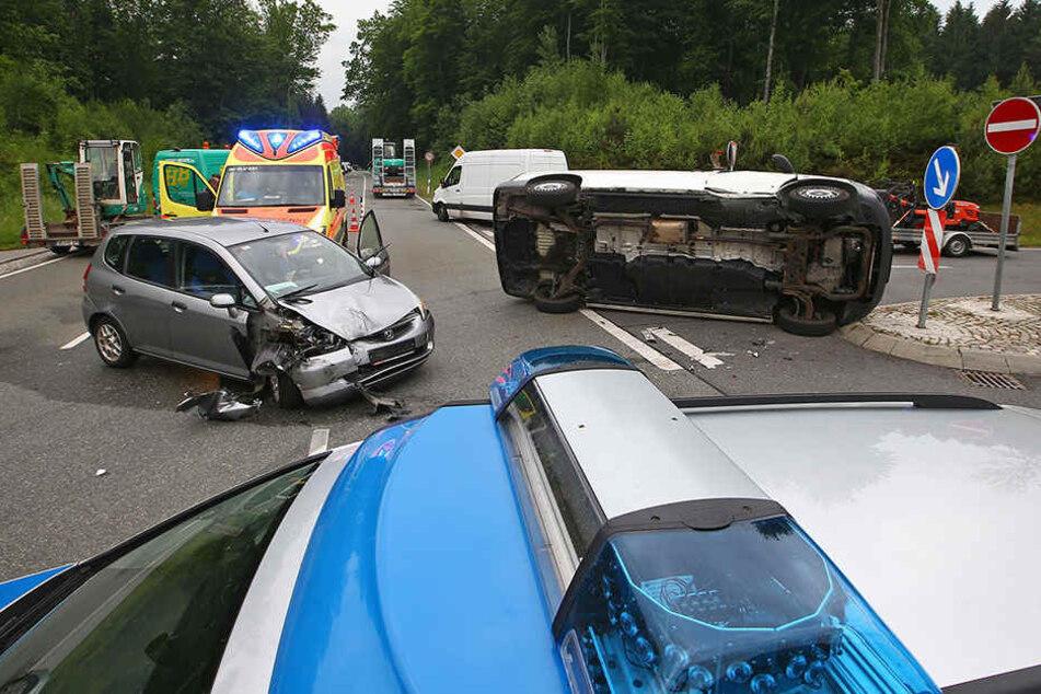 Schwerer Crash an Auffahrt, Verletzte und Stau in alle Richtungen