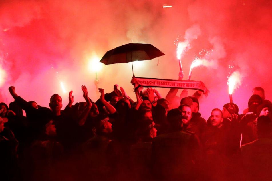 Pyrofreudige Eintracht-Anhänger zündelten auch auf dem Weg zum Spiel gegen den FC Arsenal in London.