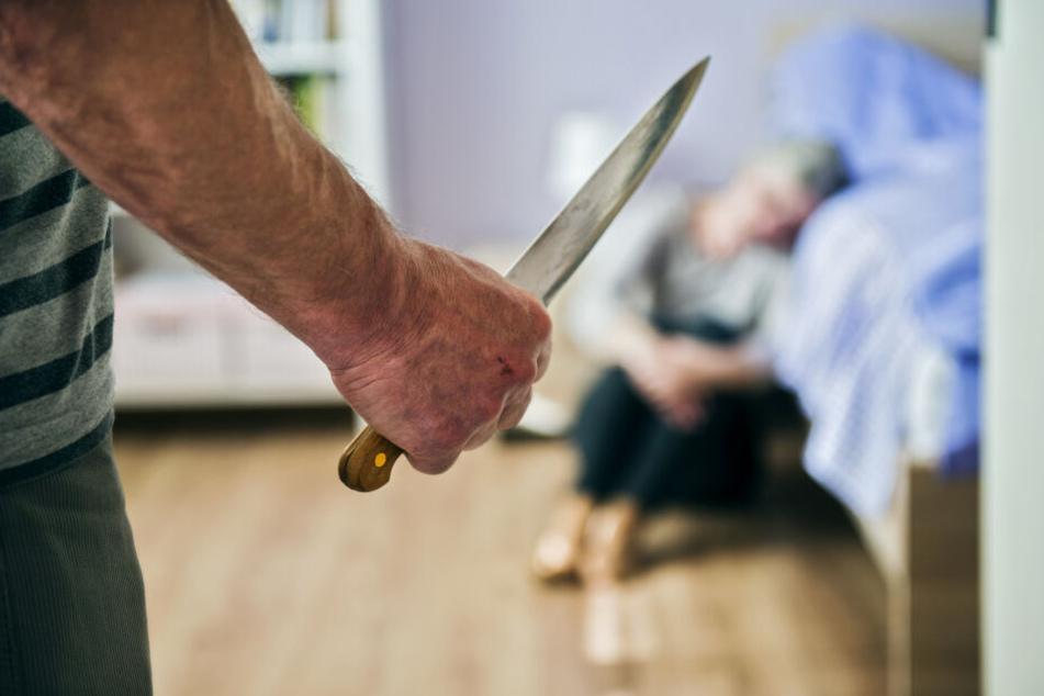 Der Angeklagte (59) soll die Frau (41) in ihrer Wohnung mit einem Messer lebensgefährlich verletzt haben (Symbolbild).