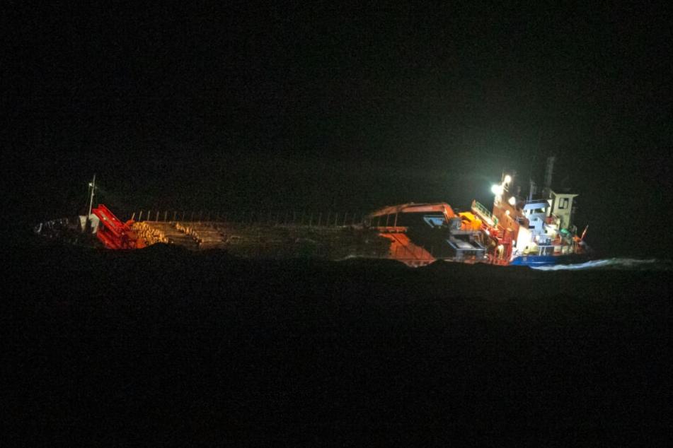 Wie es zu dem Frachterunglück kam und ob es noch weitere Überlebende gibt ist noch unklar. (Symbolbild)