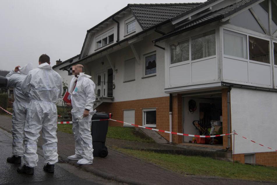 Sechs vermummte Männer überfallen Paar und zünden Haus an: Ein Toter