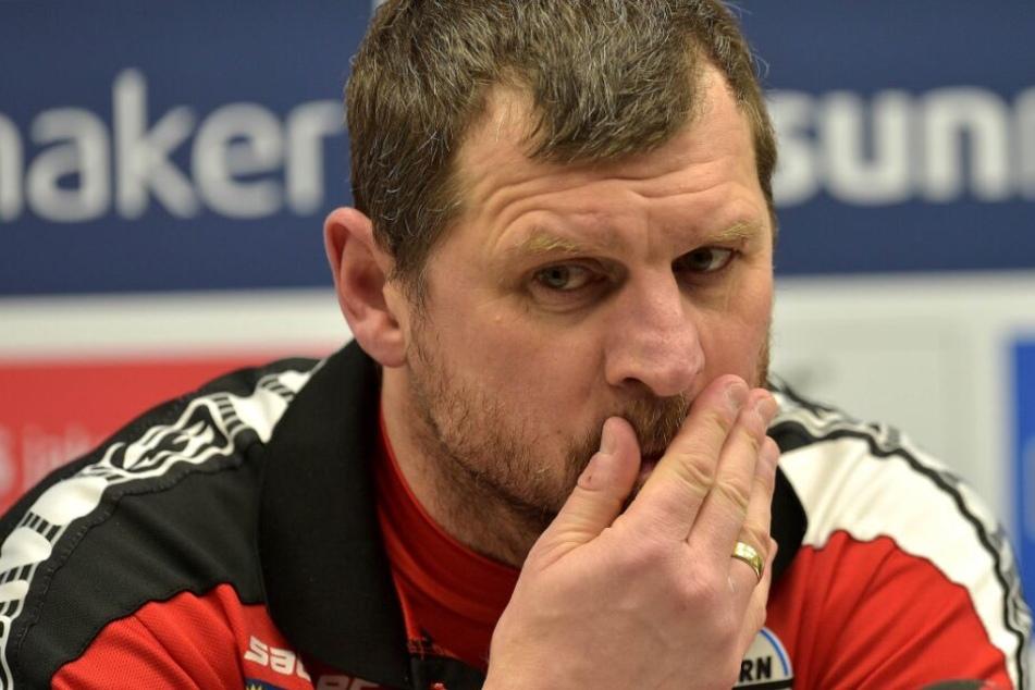 Trainer Steffen Baumgart ist sichtlich enttäuscht.