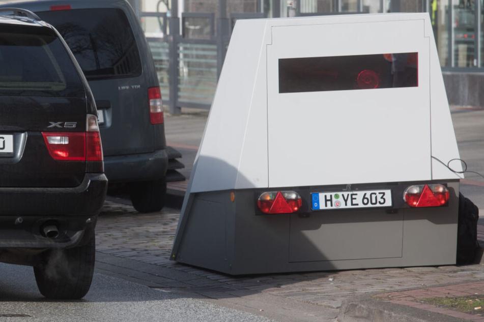Mobile Radarfallen bieten, unter anderem, den Vorteil jeden Tag an einem anderen Ort eingesetzt werden zu können. (Symbolbild)