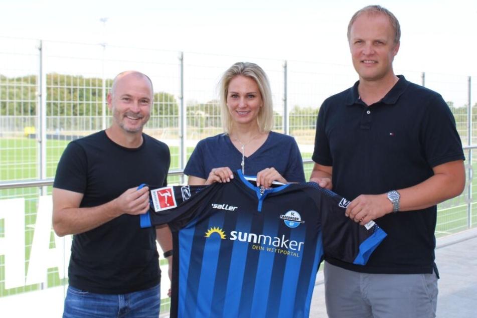 NLZ-Leiter Christoph Müller (r.) präsentiert Kyle Berger und Anne Thissen.