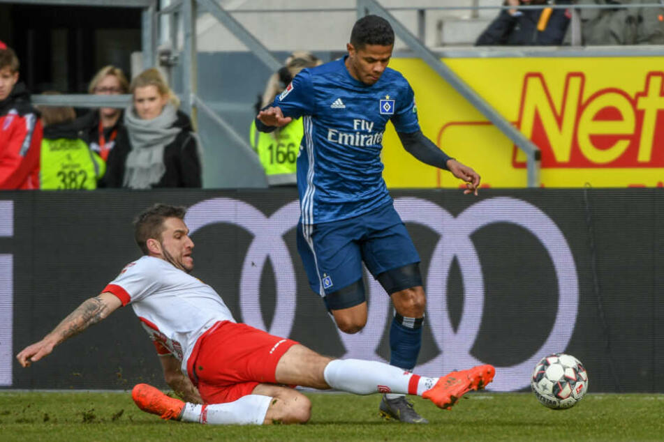 Douglas Santos lässt seinen Gegenspieler ins Leere grätschen.