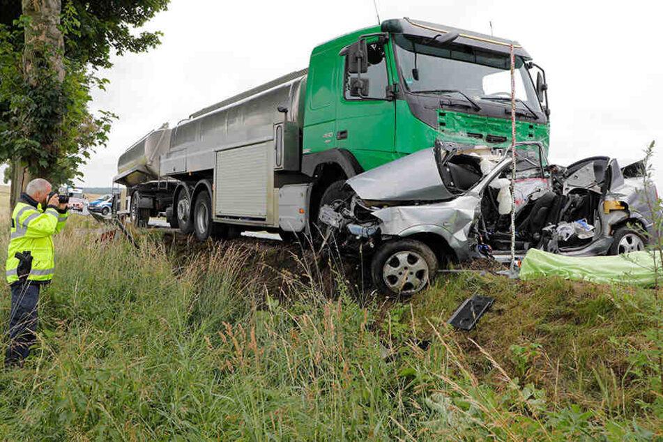 In einer Kurve geriet der Opel auf die Gegenfahrbahn und krachte dort in einen Lkw.