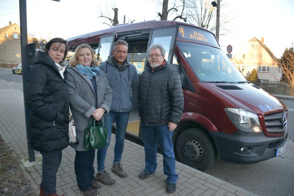 Politiker fahren Bus (v.l.): Almut Patt (51), Solveig Kempe (39), Lutz Neubert (49) und Gunter Fix (56) kritisieren die Verbindung von Grüna nach Mittelbach.