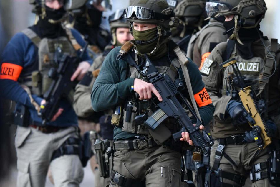 Über 70 Polizisten und SEK-Beamte führten die Wohnungsdurchsuchungen in Berlin-Neukölln durch. (Symbolbild)