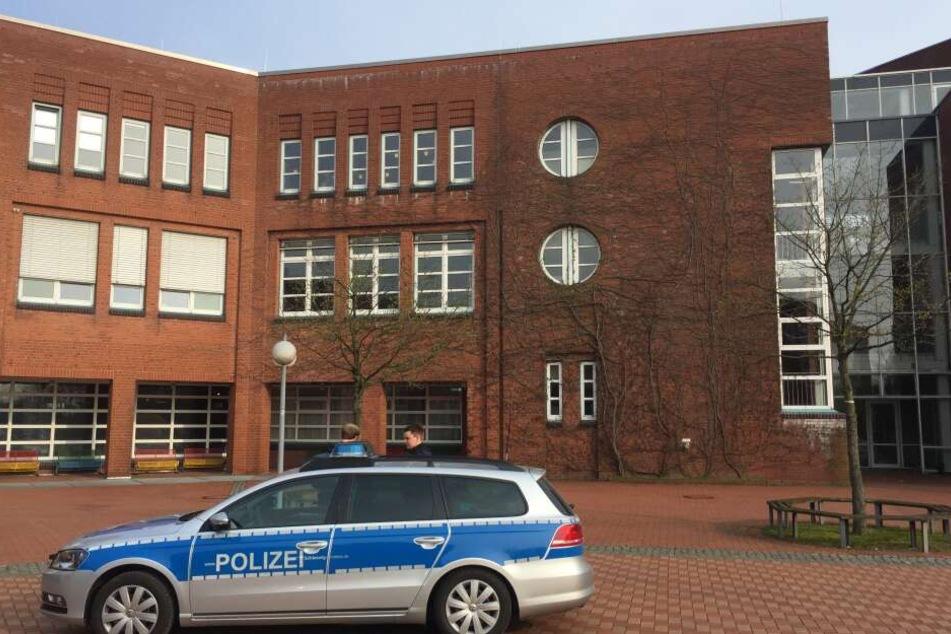 Polizeibeamte stehen während eines Einsatzes vor der Eckener Schule.