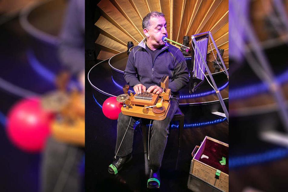 """In Aktion: Mit Händen, Füßen und Mund musiziert Sammy Tavalis auf seiner """"One-Man-Band"""""""