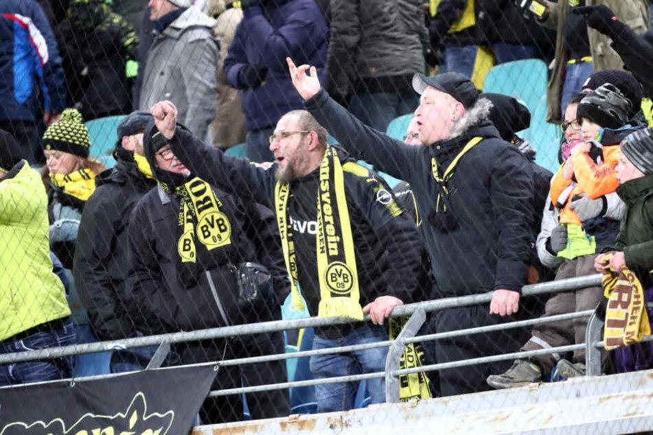 Erboßte Fans von Borussia Dortmund. Die beiden hätten sich sicher gefreut, wenn sie ihre Vereinshymne zu Ohren bekommen hätten.