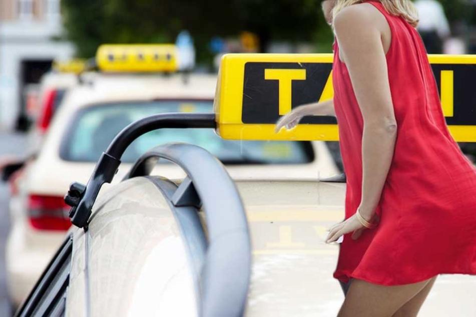 Betrunkene Frau ko... in Taxi und eskaliert danach komplett