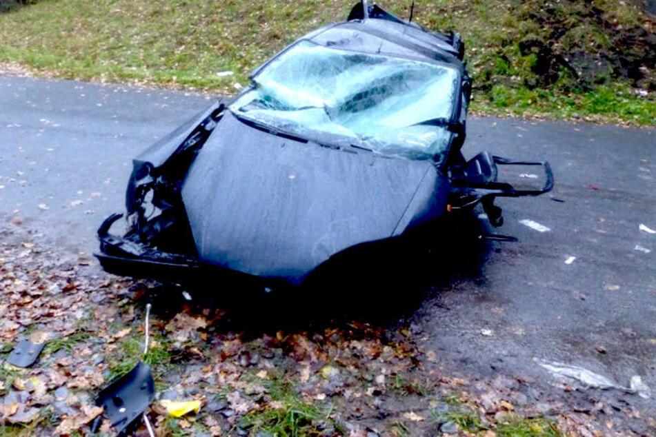 Der Wagen verlor bei dem Aufprall den Motorblock, stürzte in die Tiefe und kam auf den Rädern zum Stehen.