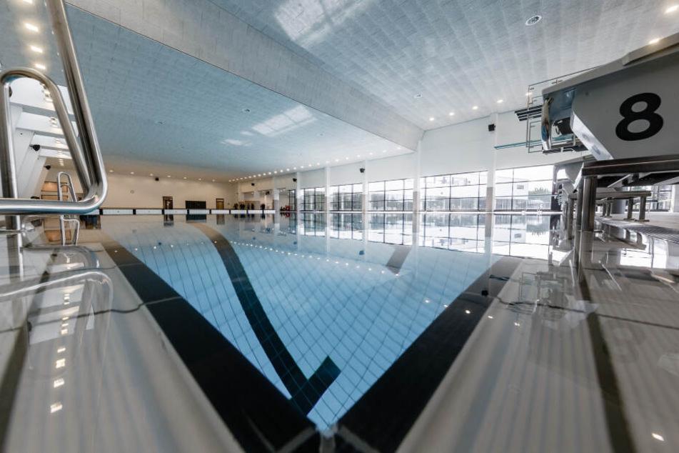 In Kiel müssen Familien 17 Euro für den Eintritt ins Schwimmbad bezahlen. (Archivbild)