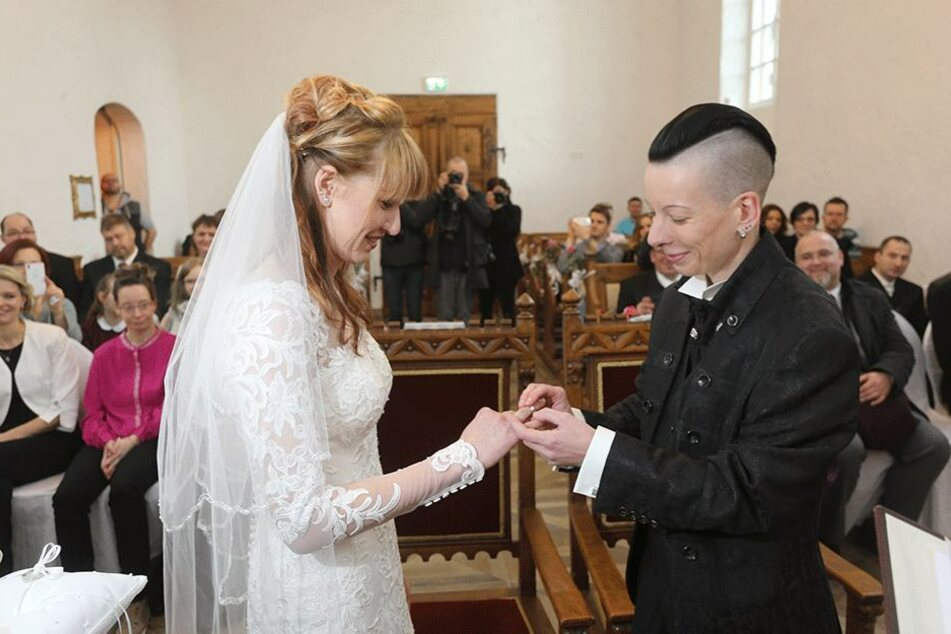 """""""Ja, ich will"""". Debora Lautenschläger (24, l.) und Nadine Oltersdorf (39) sind seit gestern verheiratet."""