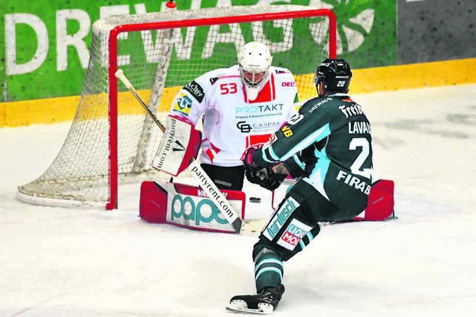 Kevin Lavallee trifft hier durch die Beine des Goalie zum 2:0 für die Dresdner Eislöwen.