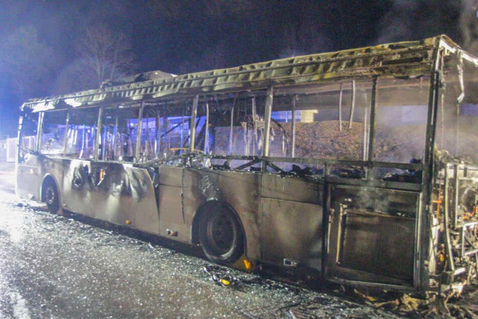 Ein Blick auf den völlig ausgebrannten Bus.