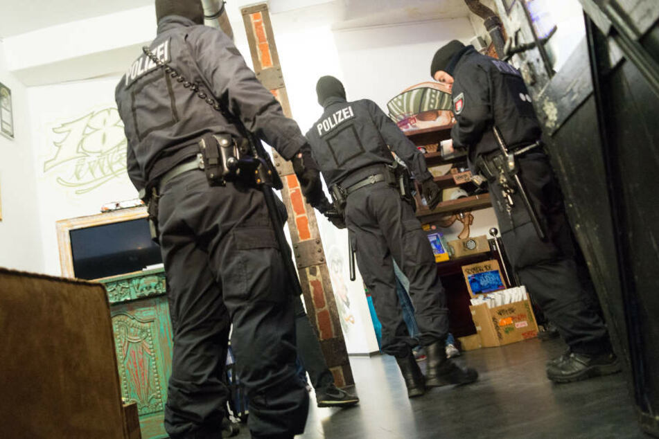Die Beamten durchsuchten unter anderem auch den Fan-Shop der Rapper-Gruppe aus Hamburg.